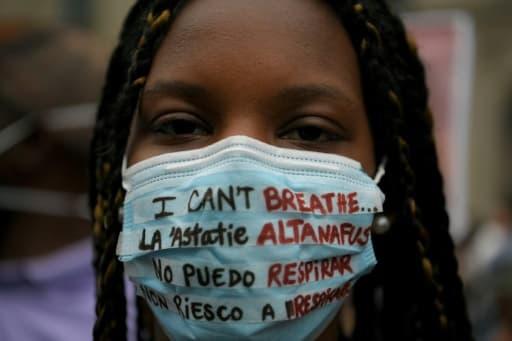 Une manifestante pour dénoncer le racisme, le 7 juin 2020 à Barcelone