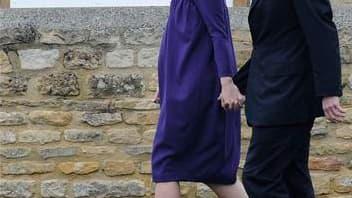 David Cameron, chef de file des conservateurs britanniques, en compagnie de son épouse Samantha. Le Parti conservateur n'est pas parvenu à obtenir la majorité absolue des sièges aux Communes lors des élections législatives de jeudi en Grande-Bretagne, si