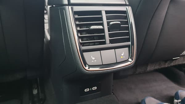Les passagers arrière peuvent profiter de la climatisation, de sièges chauffants et deux ports USB.