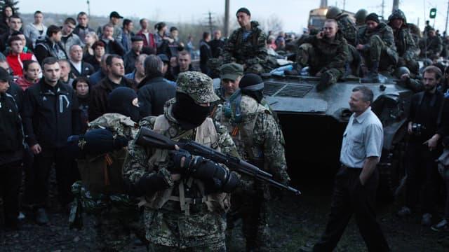 Des activistes pro-russes bloquent une colonne de blindés ukrainiens, le 16 avril, à Kramatorsk, dans l'Est de l'Ukraine.