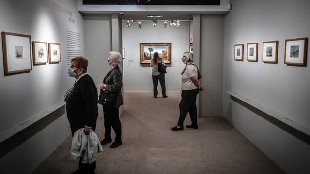 Des visiteurs masqués au musée Jacquemart-André de Paris le 26 mai 2020.
