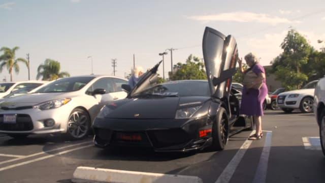 Donut Media poursuit sa recherche de vidéos virales liées à l'automobile en prêtant une Lamborghini Murcielago à deux grand-mères pour une journée.