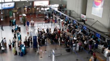 Les passagers s'enregistrent à l'aéroport international de Nice, en septembre 2014.