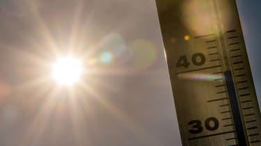 Le soleil et un thermomètre - Image d'illustration