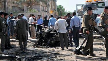 Devant le consulat honoraire de France à Nassiriah, à 300 km au sud de Bagdad. Une vague d'attentats a ensanglanté l'Irak dimanche, faisant plus de cent morts dont un policier de faction devant le consulat honoraire de France à Nassiriah. /Photo prise le
