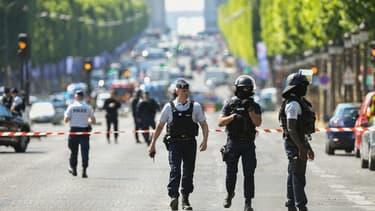 Des agents des forces de l'ordre sur les Champs-Elysées le 19 juin.