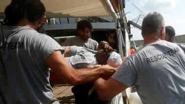 Josepha, une Camerounaise survivante d'un naufrage au large de la Libye, est débarquée sur une civière du bateau de l'ONG espagnole Proactiva Open Arms, le 21 juillet 2018 à Palma de Majorque, aux Iles Baléares