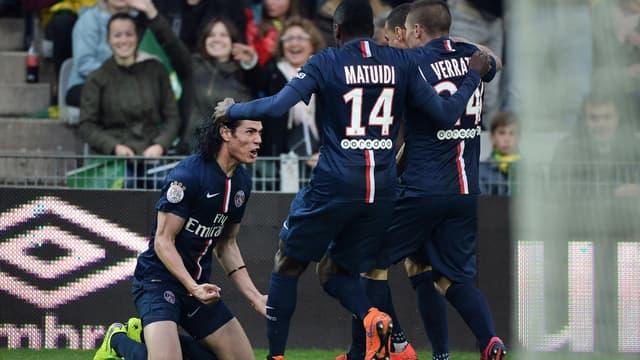 Edinson Cavani fêté par ses partenaires après l'ouverture du score