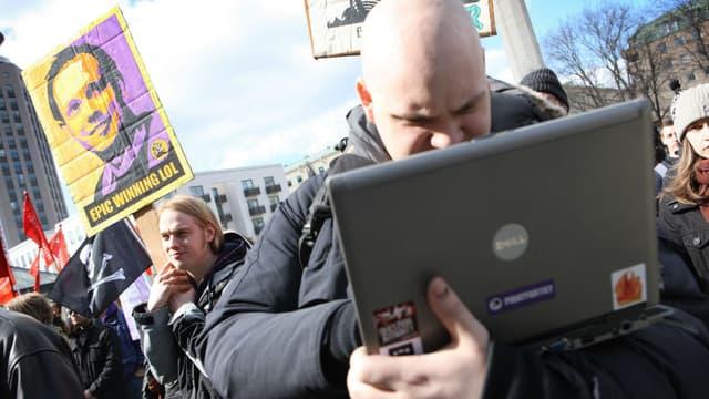 La justice suédoise a attribué deux adresses de The Pirate Bay à l'Etat (ici manifestation de soutiens du sites en 2009)