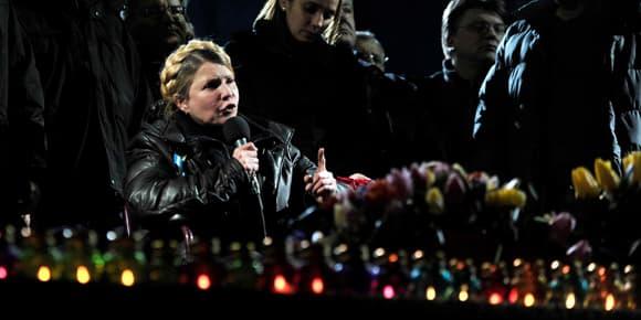 Ioulia Timochenko s'exprimant devant la foule réunnie place Maïdan à Kiev.