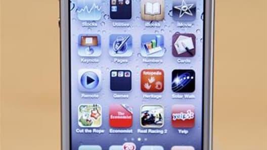 L'iPhone d'Apple a été en 2011 le mot-clé le plus recherché sur la plate-forme de Yahoo, devançant les grands événements d'actualité et les célébrités, selon le classement mondial établi par le groupe. /Photo prise le 14 octobre 2011/REUTERS/Robert Galbra