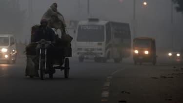 L'une des principales artères de New Delhi, envahie par un brouillard de pollution, le 7 novembre 2016.