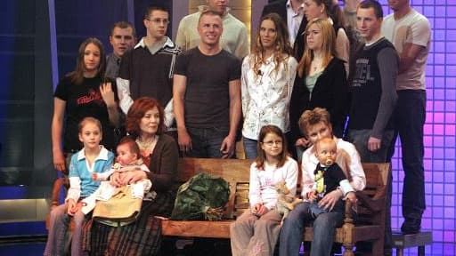 Photo prise le 11 décembre 2005 montrant Annegret Raunigk (2e au premier rang) avec son bébé d'alors, lelia, et ses autres enfants et petits-enfants à Cologne sur la plateau de la chaîne de télévision RTL