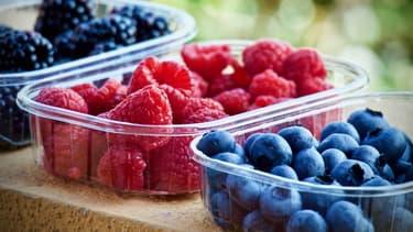 Pour réduire l'exposition aux perturbateurs endocrinien, mieux vaut privilégier les aliments bios et éviter les récipients en plastique.
