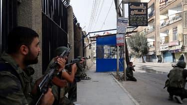 Des soldats syriens en position dans la ville d'Harasta, en novembre dernier, pour affronter des rebelles.