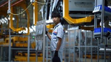 Une ouvrière chinoise sur une ligne de production automobile. (image d'illustration)