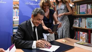 Nicolas Sarkozy lors d'une séance de dédicaces dans une librairie parisienne, le 28 juin 2019