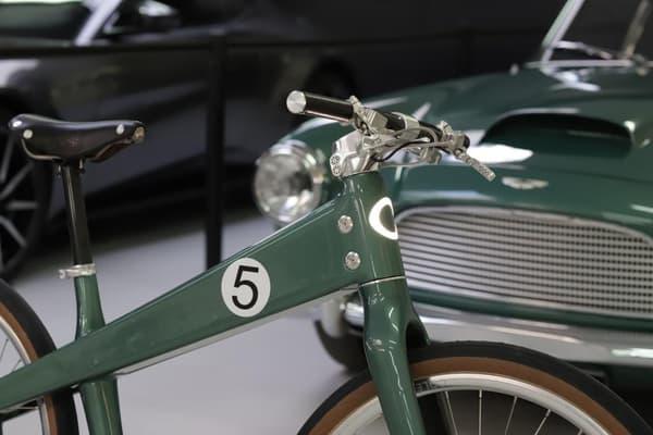 En février dernier, la marque britannique a dévoilé le Coleen X Aston Martin, qui arborait une peinture Sanction Green en hommage à l'Aston martin DB4.