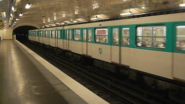 Deux hommes en état d'ébriété ont été poussés sur les rails du métro station Blanche à Paris.