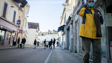 Un passant portant un masque à Courseulles-sur-Mer (Normandie) le 17 mars 2020.