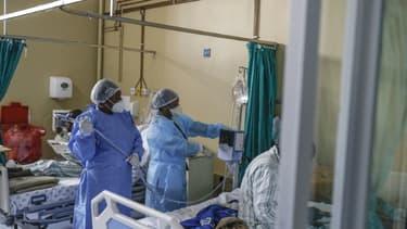 Des infirmières s'occupent d'un patient atteint du Covid-19 à l'hôpital de Tembisa, le 2 mars 2021 en Afrique du Sud (photo d'illustration)