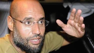 Saïf al Islam Kadhafi et l'ancien chef des services de renseignements du régime libyen déchu, Abdoullah al Senoussi, proposent de se rendre à la Cour pénale internationale (CPI) de La Haye, selon un haut responsable militaire du Conseil national de transi