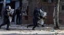 Affrontements entre manifestants et policiers anti-émeutes à Alger. De nouvelles émeutes contre la cherté de la vie et le chômage ont éclaté vendredi dans la capitale algérienne et dans l'est du pays. /Photo prise le 7 janvier 2011/REUTERS/Farouk BaticheP