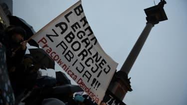 """Des femmes brandissent une pancarte arborant le message """"l'absence d'avortement légal tue"""", lors d'une manifestation à Varsovie, le 3 octobre 2017"""