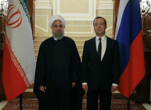 Le président iranien Hassan Rouhani (g) et le Premier ministre russe Dmitri Medvedev, le 27 mars 2017 à la résidence Gorki, près de Moscou