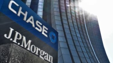 """Trois anciens traders de JPMorgan Chase se seraient rendus coupables de fraude dans l'affaire de la """"baleine de Londres"""", mais deux seulement sont poursuivis."""