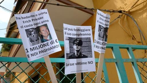 Des potraits d'Erich Priebke étaient accroché sur le portail de la résidence de son avocat à Rome où il résidait