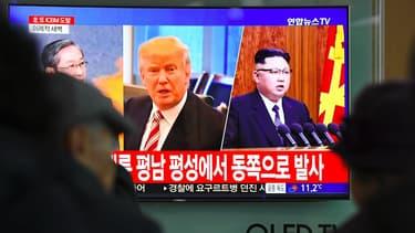 Des habitants de Corée du Sud regardent la télévision dans une station de train de Séoul, le 29 novembre 2017