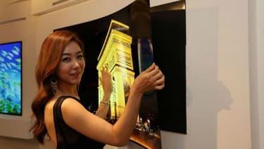 LG a présenté un prototype d'écran tellement fin qu'il s'apparente à un poster à aimanter sur un mur