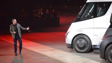 Elon Musk, le PDG de Tesla, mi novembre lors de la présentation du premier camion électrique de la marque californienne. tesla produira aussi un pick-up.