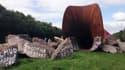 """""""Dirty Corner"""" la sculpture Anish Kapoor dans le parc du château de Versailles."""