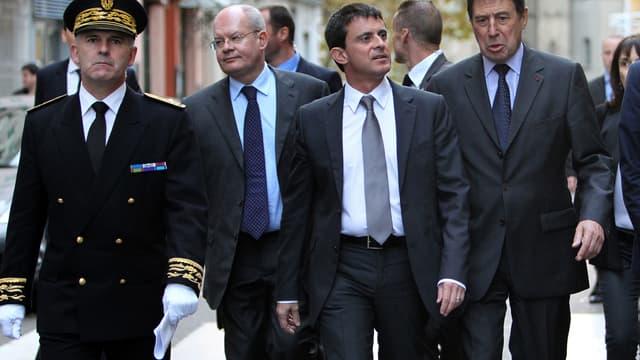 Louis Le Franc (à gauche), alors préfet de Haute-Corse, accompagné par l'ancien ministre de l'Intérieur Manuel Valls (au centre) et par l'ancien maire de Bastia Émile Zuccarelli (à droite).