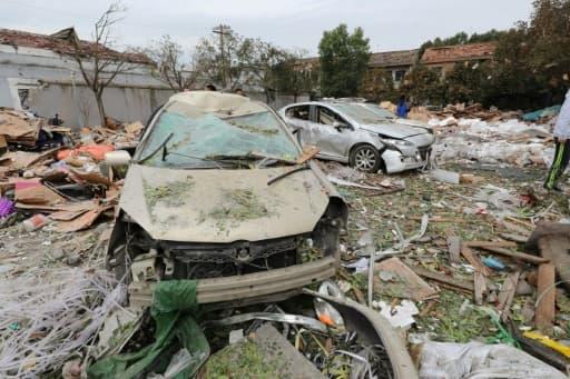 Des voitures détruites lors d'une explosion à Ningbo, dans l'est de la Chine, le 26 novembre 2017
