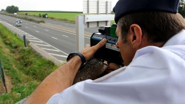 Un gendarme effectuant un contrôle de vitesse sur l'autoroute (photo d'illustration).