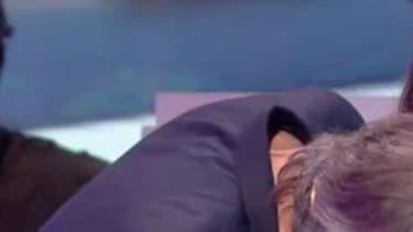 Jean-Michel Maire, chroniqueur de l'émission de Cyril Hanouna, sur C8, embrassant Soraya.