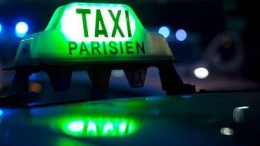 Les taxis bloquent leurs zones d'attente dans les deux aéroports parisiens.