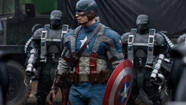 """Captain America (et son bouclier) dans ses oeuvres au cinéma dans """"Captain America:First Avenger""""."""