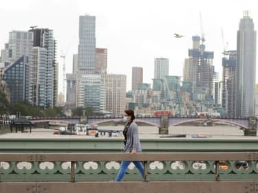 Une femme porte un masque de protection, le 21 août 2020 à Londres