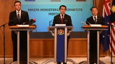 Le ministre malaisien des Transports Liow Tiong Lai (c), ses homologues chinois Yang Chuantang (d) et australien Darren Chester (g), lors d'une conférence de presse sur les recherches du vol MH370, le 22 juillet 2016 à Putrajaya, près de...