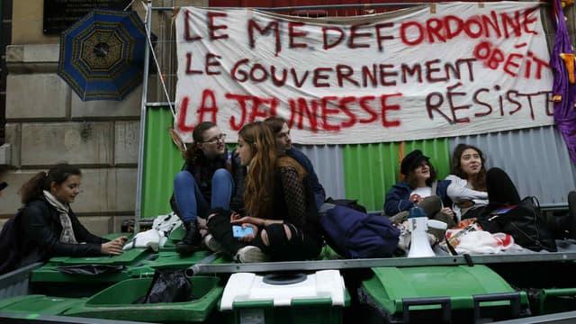 """Des élèves du lycées Henri IV, le 12 mai 2016, bloquant leur établissement avec une banderole où on peut lire """"le MEDEF ordonne, le gouvernement obéit, la jeunesse résiste""""."""