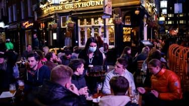Des clients à la terrasse des bars, dans le quartier de Soho, le 12 avril 2021 à Londres