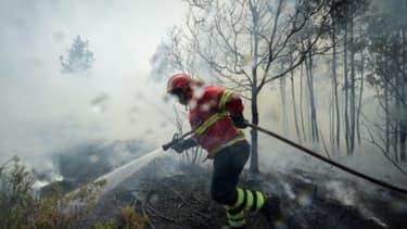 Un pompier en intervention lors d'un incendie au Portugal, en 2017.