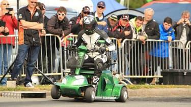 Un scooter de mobilité doté d'un moteur 600cc, juste de quoi battre un record du monde inutile quoique impressionnant.
