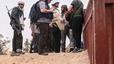 Le journaliste Steven Sotloff (avec le casque noir) en conversation avec des rebelles libyens sur le front d'al-Daniya, en Libye, le 2 juin 2011