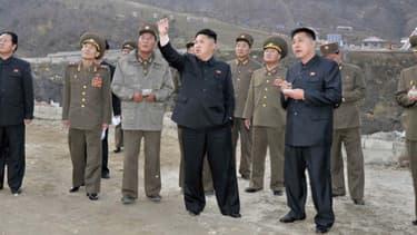 Entourés de militaires, Kim Jong-Un inspecte un hôtel d'une station de ski le 3 novembre, dans la province de Jagang en Corée du Nord.