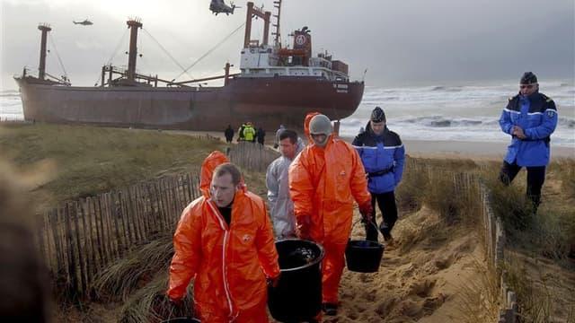 Opérations de nettoyage vendredi après l'échouage du cargo maltais, le TK Bremen. Des opérations de pompage pour récupérer le carburant situé dans les réservoirs du navire échoué sur une plage d'Erdeven (Morbihan), ont été engagées samedi matin, a-t-on ap